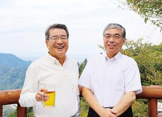 三田会の荒井徹会長(左)と早稲田会の加瀬明彦会長。高尾山の自然も楽しんだ