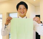 「タウン見た」で先着100人にノベルティをプレゼントしてくれるという(写真は忍者イベント参加者に配布するタオルを手にする藤田さん)