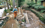 八庵の釣場=右側=は泥で埋まった。「知人や親せきが来て支えてくれました」と渕上さん