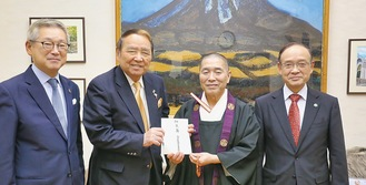 左から会員の阿久津隆文さん、会長の石井征二さん、菅谷執事長、会員の佐藤久牧さん