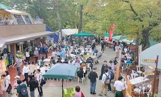 ケーブルカー高尾山駅近くで10月26、27日に行われたクラフトビールイベントの様子=26日撮影。この頃には多くの観光客でにぎわうようになった=関連記事あり