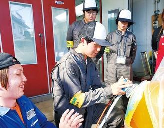 奥の右側が鈴木さん、左側が志村さん、作業をしているのが近藤さん。手前の青い作業着は同社スタッフ