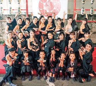 商店会のイベントで打ダンスを披露したナツミさんとその教え子たち=提供写真