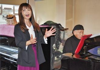 福生市のカフェで「高尾山」を歌う植松さん=左。ピアノは高橋さん