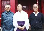 井上宮司(中央)と神社・総代の2人(田中利雄さん(左)と田中良雄さん)