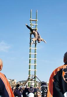 毎年、歓声がわく「はしご乗り」