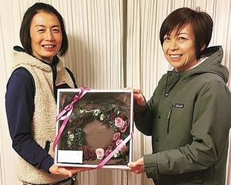 見舞金のお礼を受け取った串田さん=左※提供写真