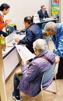 中野町の家電販売店「ライフテクトイトウ」が企画。多くの高齢者が来場した