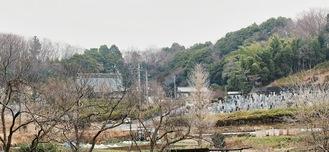 都立の自然公園内に位置する少林寺(左)