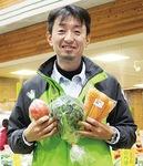 八王子野菜を手にする近藤副駅長