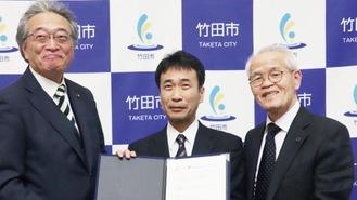 左から竹田市市長、大分大経済学部長、小星社長=同社提供写真