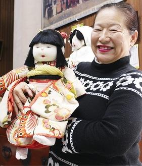 「七五三着」でつくられた人形を手にする智慧さん
