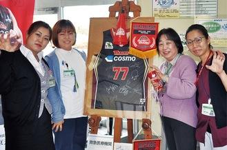 左から平山さんの次女で事務スタッフの文香さん、三女で理学療法士の鈴木由貴さん、平山さん、長女で看護師の右原真弓さん