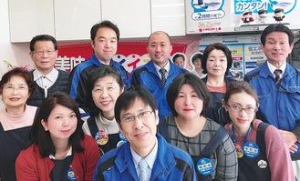 家庭的な雰囲気のなか、それぞれの業務にあたっている社員ら。中央が伊藤代表