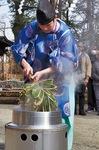 湯釜から笹を取り出す小泉宮司