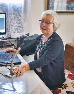 会の事務所でラジオ収録の様子を再現する吉田さん