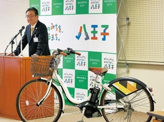 シェアサイクルに使う自転車を紹介する石森市長