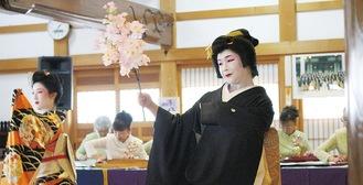 昨年の様子。日本舞踊と大正琴のコラボに会場はわいた