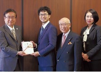 左から石森市長、JPSAの深沢さん、竹内久米司さん、牛尾佳子さん