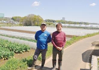 小比企町にある作業所の前に立つ続橋さん=左=と水野さん