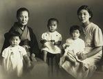 2歳の頃の上田さん=中央=と家族=提供写真。戦地の父へ送るために母と祖母、子供3人にて。原爆投下1年前の1944年8月、広島で撮影