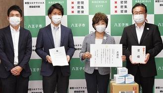 受領式の様子。感謝状を受け取る島田社長=右から2人目