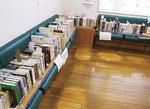 書棚に入りきらず、椅子に並べている本