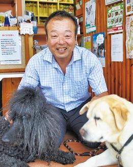 愛犬と戯れる藤田さん