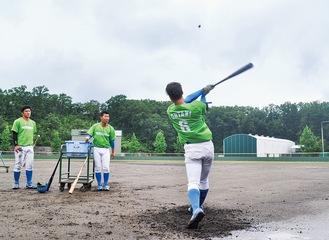 戸吹町の球場で練習する選手たち=7月15日