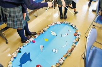 高校生らが造形授業で製作した「さかな釣り遊び」を試す様子