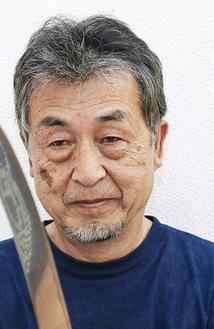 下原刀を持つNPO理事長の磯沼孝さん