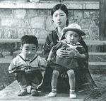 左から幼い頃の柴田さん、母、弟=柴田さん著「シップドクター航海記」より