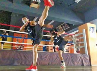 集中力を高める暗闇でのトレーニング。リング上でのトレやサンドバック打ちもある