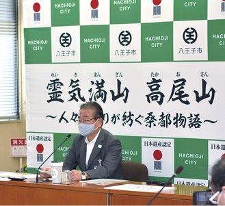 8月28日、予算案などについて発表する石森孝志市長=提供写真