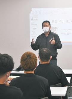 ビートレインズの選手らに感染症について説明する横山医師