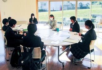 八王子城跡ガイダンス施設での解説の様子。右から3人目が横川さん=提供写真