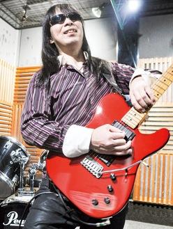 まるでピアノを弾くような独特のスタイルでギターを演奏する田川さん。スタジオオルウェイズにて