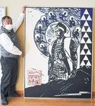 大塚さんの版画「北条氏照」を紹介する遠藤会長