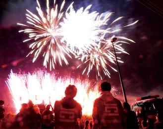 打ち上げ場所の安全確認をしつつ、花火を見守るJCIメンバー。花火はイオンモール建設予定地(滝山町)と宝生寺団地(西寺方町)で打ち上げた