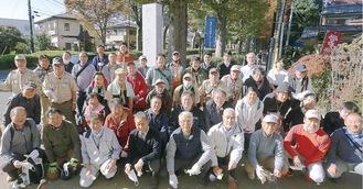 参加したメンバーによる集合写真。武蔵陵墓地参道の碑の前にて