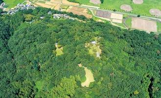 上空から見た滝山城跡=提供写真。中央にあるのが本丸、中の丸など