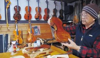 堤琴工房クレモーナでバイオリンの調整をする市川さん