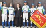 左からセガサミーの佐藤俊和ヘッドコーチ、西田監督、八王子市の石森市長、セガサミーの中川選手、草海選手、宮川和人主将