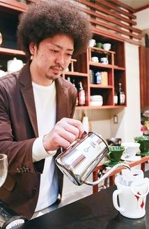 ドリップパックでコーヒーを淹れる港井さん