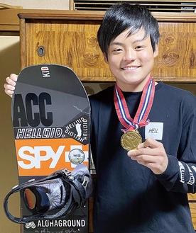 優勝のメダルを持ち笑顔を見せる田尻さん