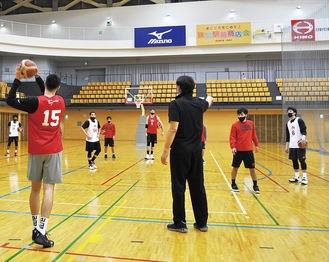 エスフォルタアリーナ八王子での練習の様子(21日)。中央が石橋貴俊ヘッドコーチ