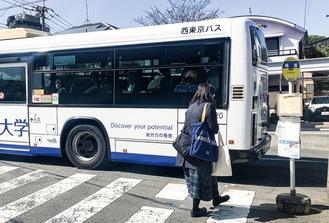 交差点にかかる暁橋(下り)バス停