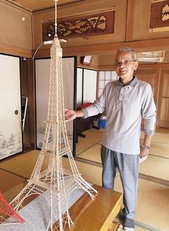 ようじでできたエッフェル塔の模型を紹介する水野さん