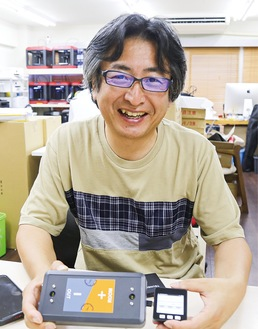 開発した後藤社長。左側が「センサー」で右側が「リモコン」