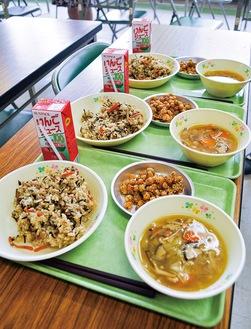 18日に提供されたヴィーガン給食。メニューはひじきご飯、大豆の揚げ煮、きのこ汁、りんごジュース
